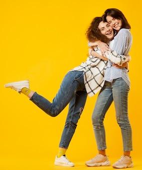 Filmagem completa de amigos felizes abraçando