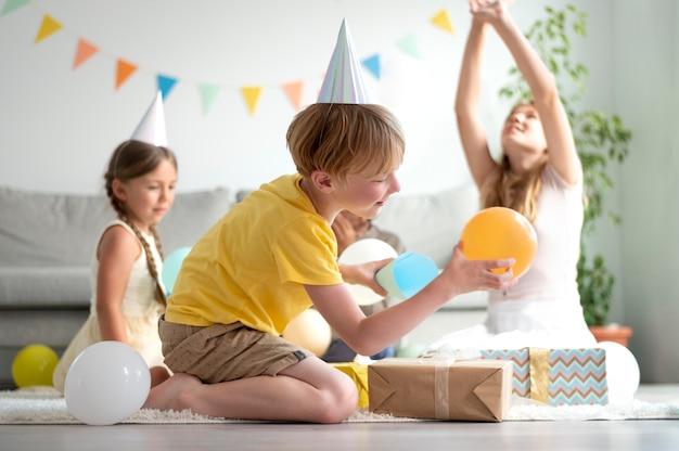 Filmagem completa de crianças comemorando aniversário juntas
