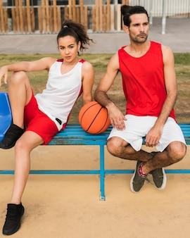 Filmagem completa de menino e menina com bola de basquete