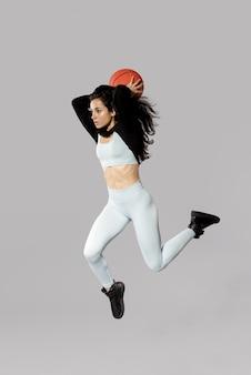 Filmagem completa de mulher desportiva com bola de basquete