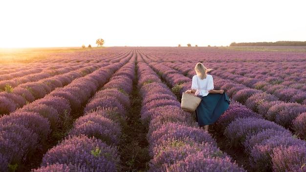 Filmagem completa de mulher em campo de flores