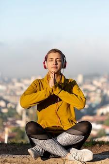 Filmagem completa de mulher meditando