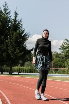 Filmagem completa de mulher na pista de corrida