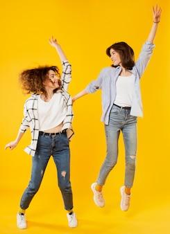 Filmagem completa de mulheres sorridentes pulando