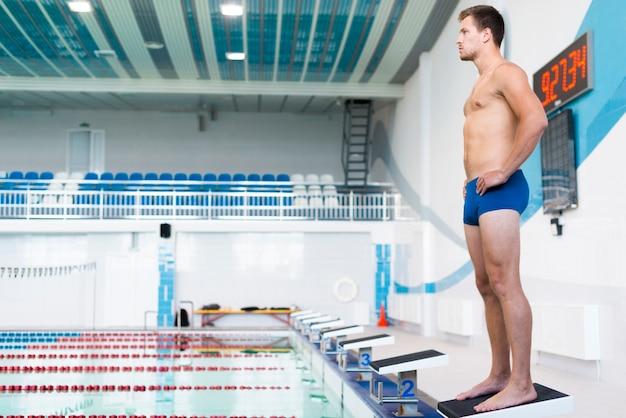 Filmagem completa de nadador masculino