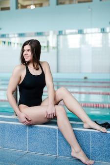 Filmagem completa de nadadora posando