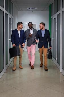 Filmagem completa de pessoas de negócios modernas