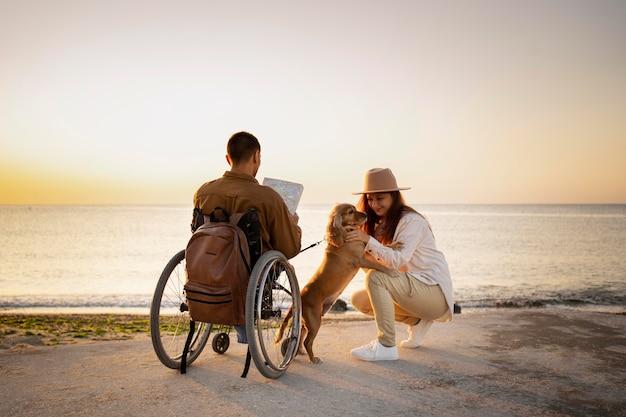 Filmagem completa de pessoas viajando com cachorro