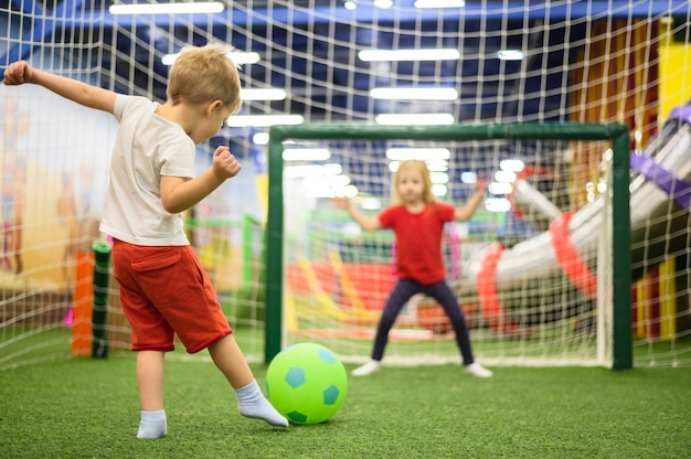 Filmagem completa do menino chutando bola