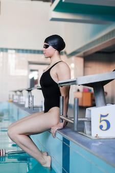 Filmagem completa do nadador profissional focado