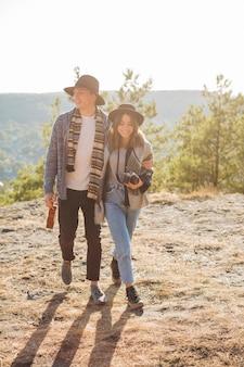 Filmagem completa jovens amigos na natureza