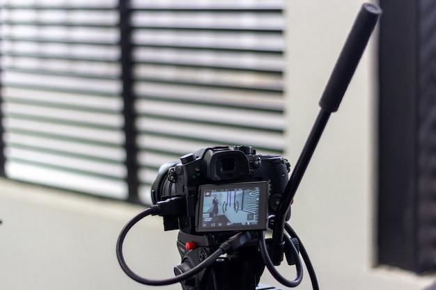 Filmagem de produção de vídeo com equipamento de câmera