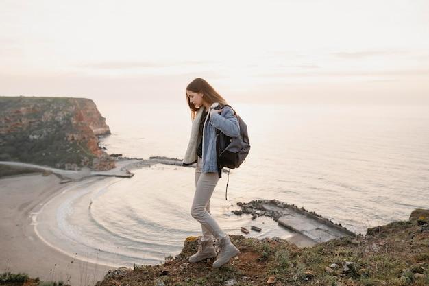 Filmagem de uma mulher desfrutando da paz ao seu redor