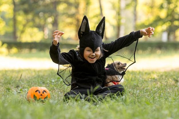 Filmagem do menino fantasiado de morcego