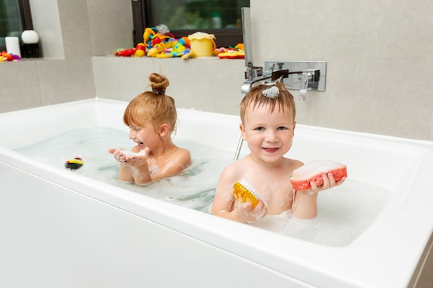 Filmagem média crianças pequenas na banheira