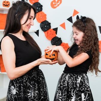 Filmagem média de mãe e filha a passar tempo juntos