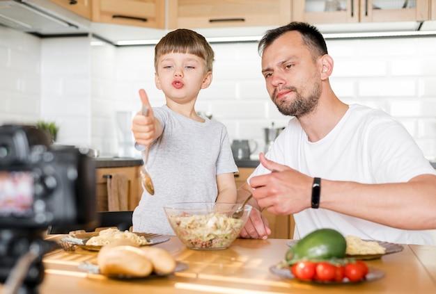 Filmagem média de pai e filho