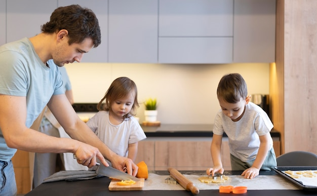 Filmagem média em família cozinhando na cozinha