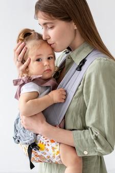 Filmagem média mãe beijando filha