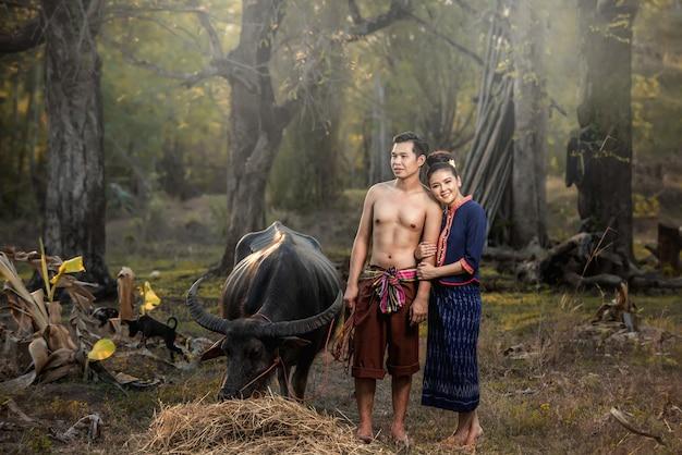 Filmagem pré-casamento dentro do jardim em trajes tradicionais tailandeses