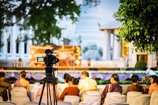 Filmagem profissional filmando ao ar livre show de música ou mini-concerto à noite