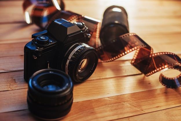 Filme antigo e câmera analógica na mesa. rolo de fotografia. belo design vintage.