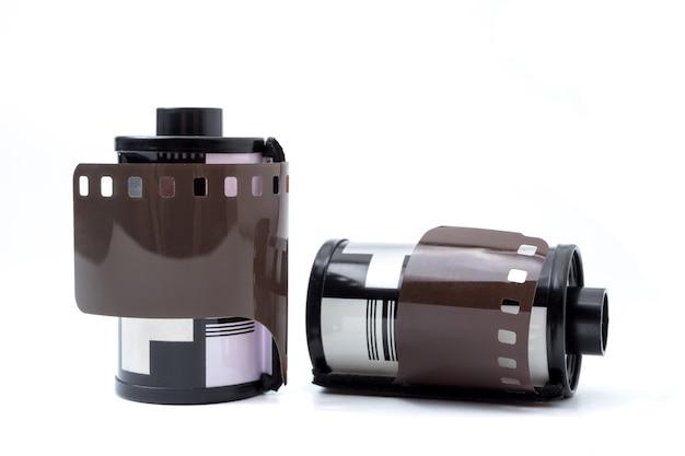 Filme da foto no cartucho, filme de rolo fotográfico 35 milímetros em um fundo branco.