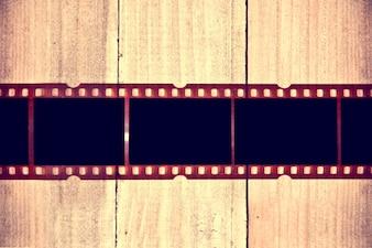 Filme fotográfico em fundo de madeira.