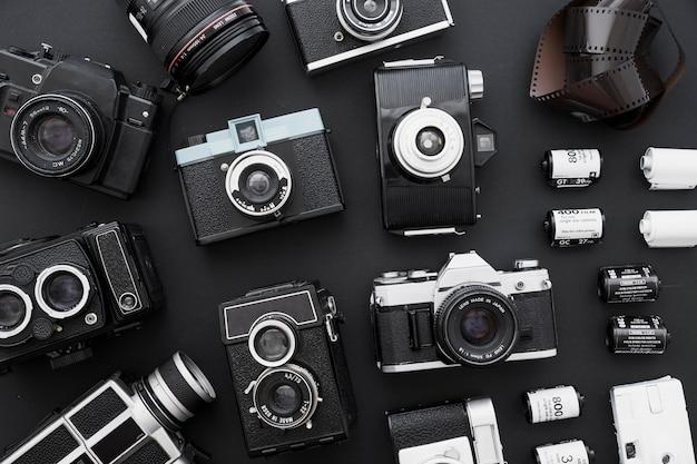 Filme fotográfico perto de conjunto de câmeras
