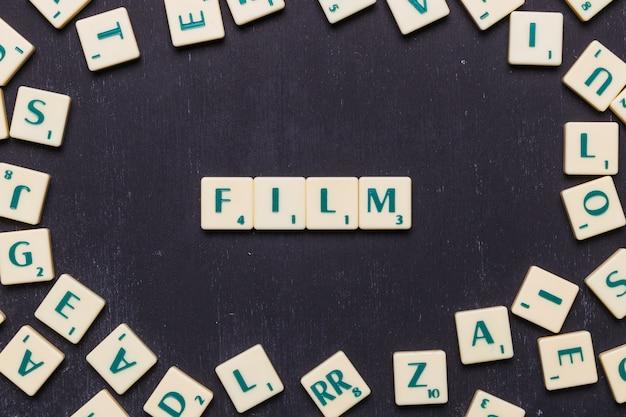Filme palavra organizada com letras scrabble