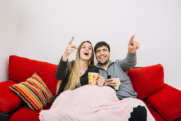Filme sorridente assistindo filme