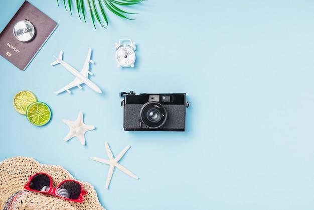 Filmes de câmera retro de maquete, avião, estrela do mar, conchas, acessórios tropicais de viajante de chapéu