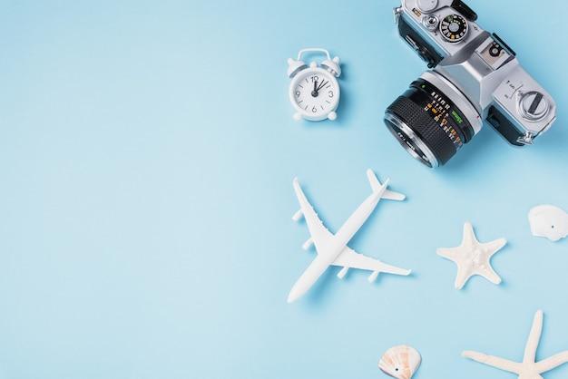 Filmes de câmera retro maquete, avião, estrela do mar, conchas acessórios tropicais de viajante