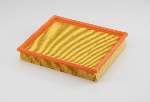 Filtro automotivo de formato quadrado laranja sobre fundo branco