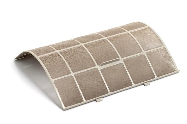 Filtro de ar condicionado sujo isolado no fundo branco