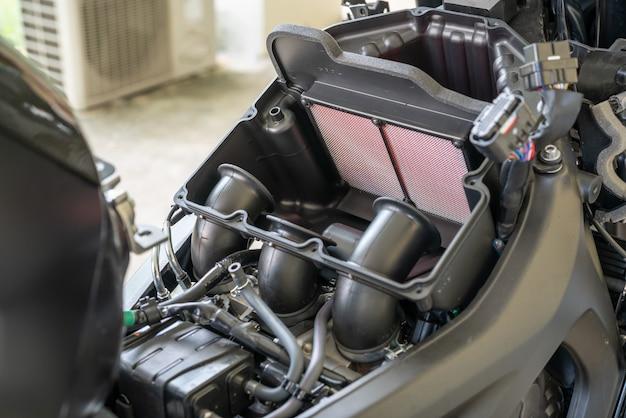 Filtro de ar em um esporte de motocicleta. processamento para mudar o filtro de ar do motor.