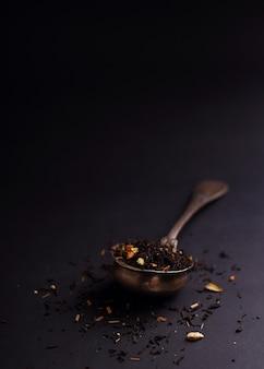 Filtro de chá grande folha dentro vintage (colher) sobre o fundo preto