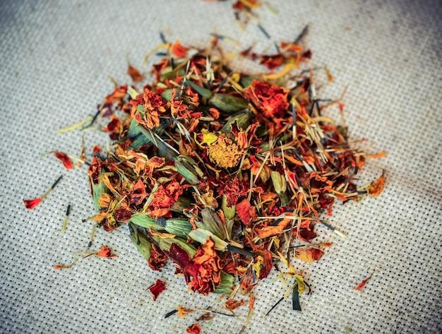 Filtro de close-up de flores secas e esmagadas de malmequeres