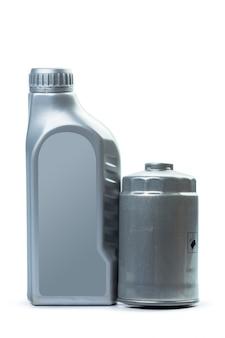 Filtro de óleo isolado no fundo branco