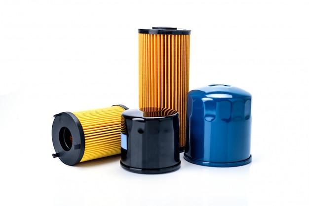 Filtro do óleo, do combustível ou de ar para o carro do motor isolado no fundo branco.