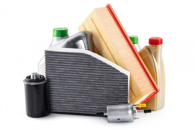 Filtros de carro e óleo de motor podem isolado no branco