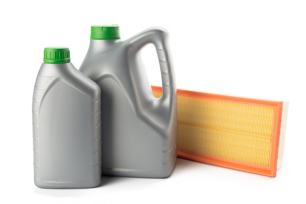 Filtros de óleo de carro e óleo de motor podem isolado no branco