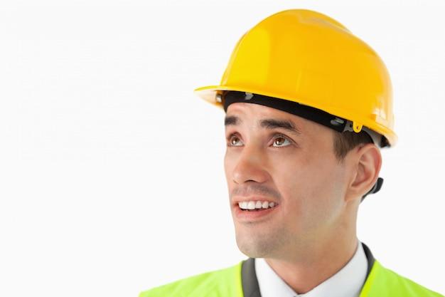 Fim arquiteto com capacete olhando para o lado