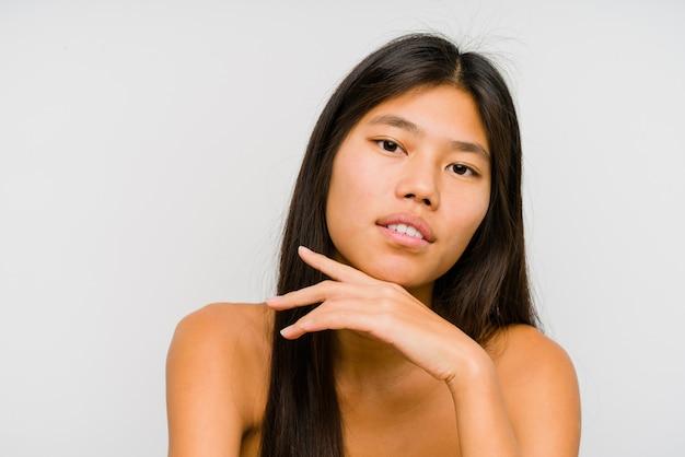 Fim chinês novo da cara da mulher isolado acima