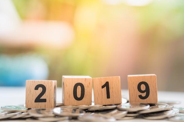 Fim, cima, 2019, madeira, número, blocos, pilha, prata, moedas