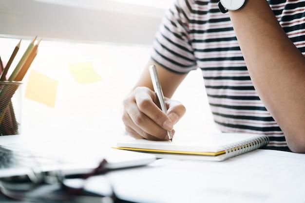 Fim, cima, de, homem, ou, contabilista, passe segurar lápis, trabalhando, ligado, dados financeiros, relatório