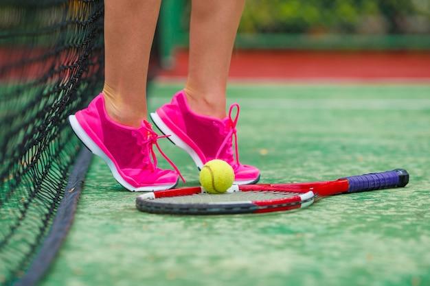 Fim, cima, de, sneakers, perto, a, raquete tênis, e, bola