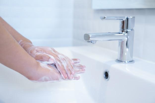 Fim, cima, mãos, lavando, sabonetes, pia