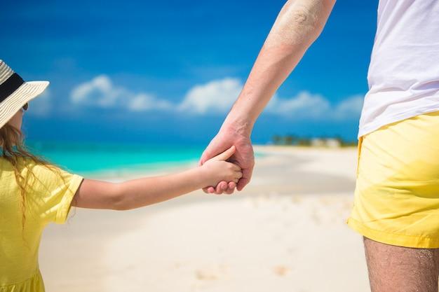 Fim, cima, pai, pequeno, filha, segurando, cada, outro, mãos, praia