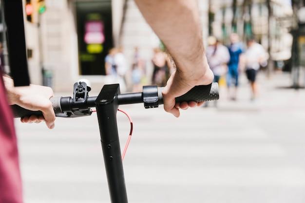 Fim, cima, pessoa, montando, e-scooter